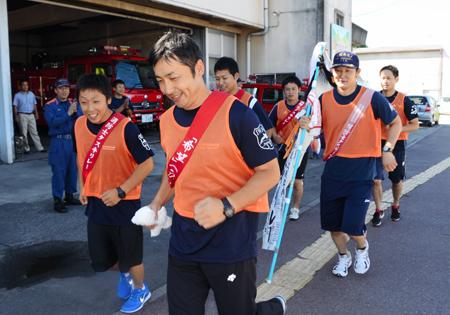 内郷消防署をスタートする消防職員 東日本大震災で被害を受けた消防本部や... 消防士応援でたすき
