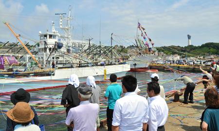 小名浜になびく大漁旗 サンマ船...