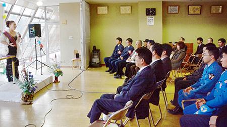 双葉署の署員らの前で歌うソプラノ歌手の宮良多鶴子さん(左端) 東京電力... 双葉署員ら歌で励ま